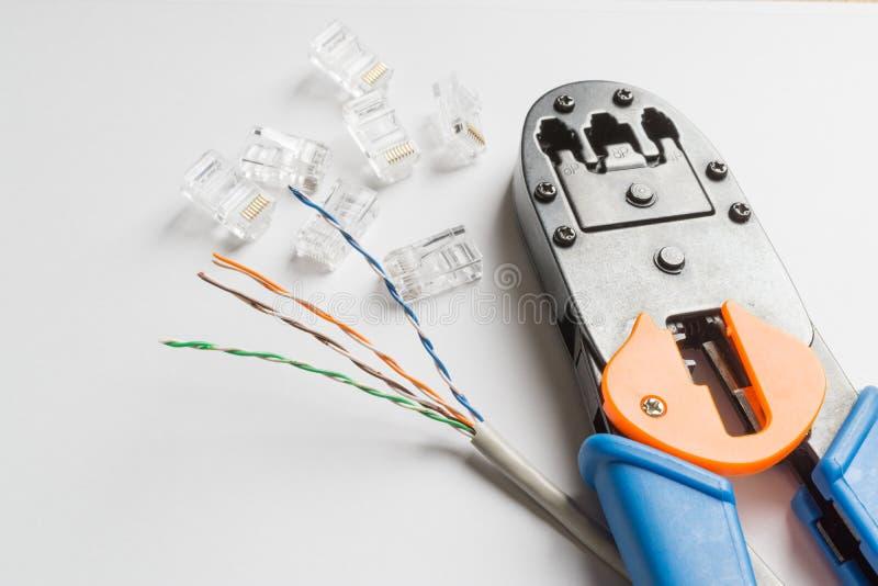 Frisador, conectores e cabo ethernet no fundo branco fotos de stock