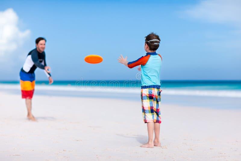 Frisbee παιχνιδιού πατέρων και γιων στοκ φωτογραφίες με δικαίωμα ελεύθερης χρήσης