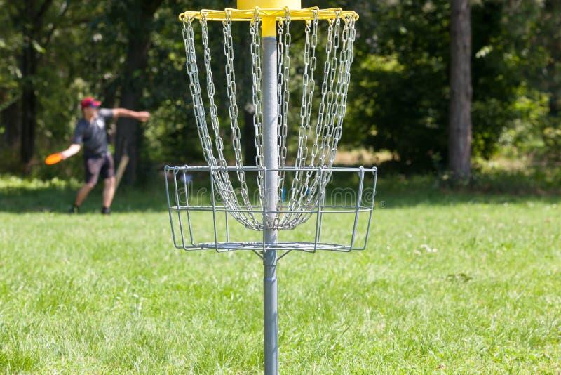 Frisbee de lancement d'homme jouant au golf de disque image stock
