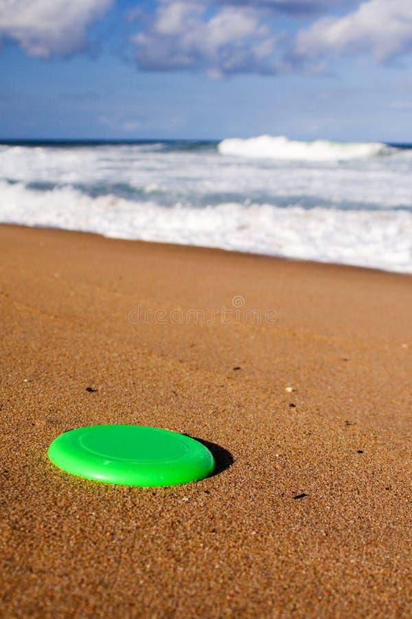 frisbee piasek na plaży obrazy stock