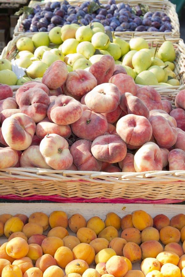 Frisch ausgewählte Frucht auf Marktstandplatz stockbilder