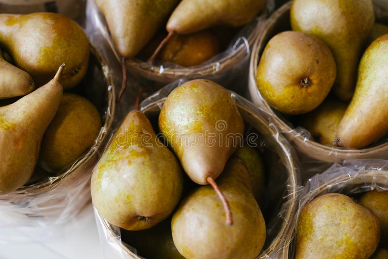Frisch ausgewählte reife Birnen in den Körben lizenzfreies stockbild