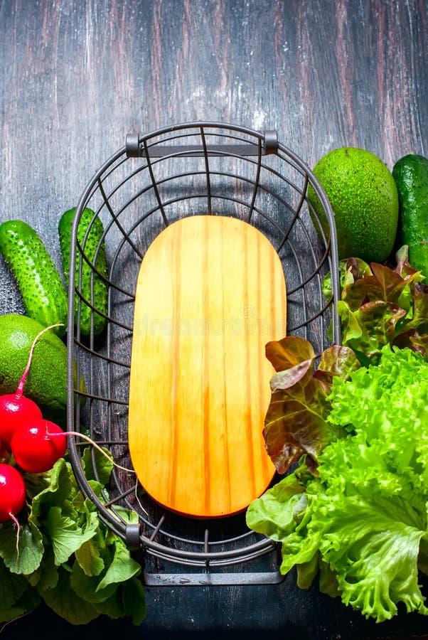 Frisch ausgewähltes Gemüse und Metallkorb lizenzfreie stockfotografie