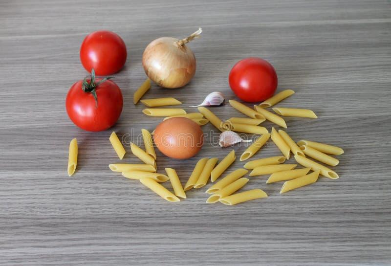 Frisch de nourriture d'oeufs d'ail d'arc de tomates de pâtes image stock