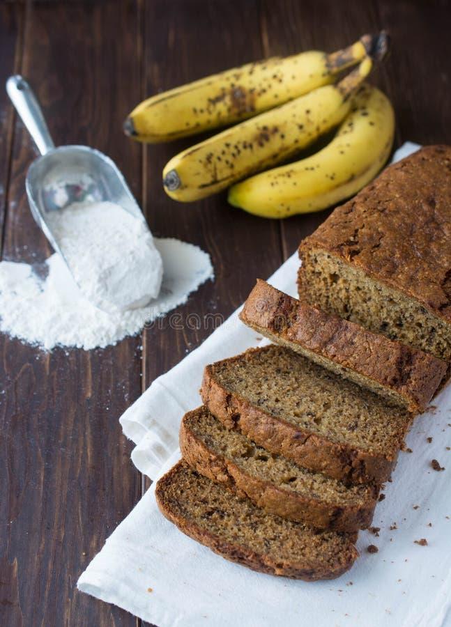 Frisch gebackene Bananenkuchenscheiben stockfoto