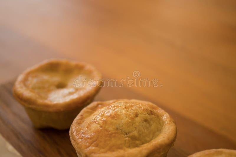 Frisch gebackene Bisschengr??entorten stockfotos