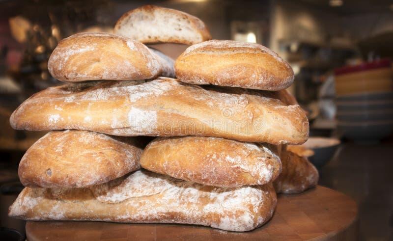Frisch gebackene Laibe des gestapelten Brotes stockfotografie