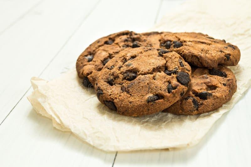 Frisch gebackene selbst gemachte Pl?tzchen der Schokolade auf einem wei?en Holztisch lizenzfreies stockfoto