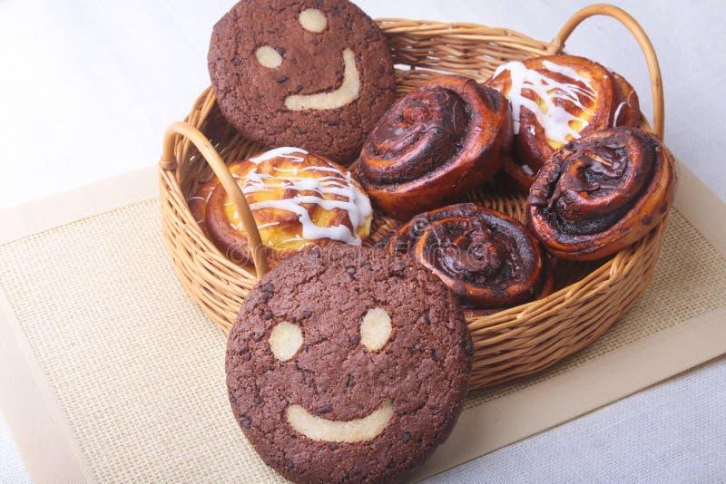 Frisch gebackene selbst gemachte süße Rollen mit Zimt, Hafermehlplätzchen in einem Weidenkorb Gesundes Lebensmittel-Snack-Konzept stockbilder