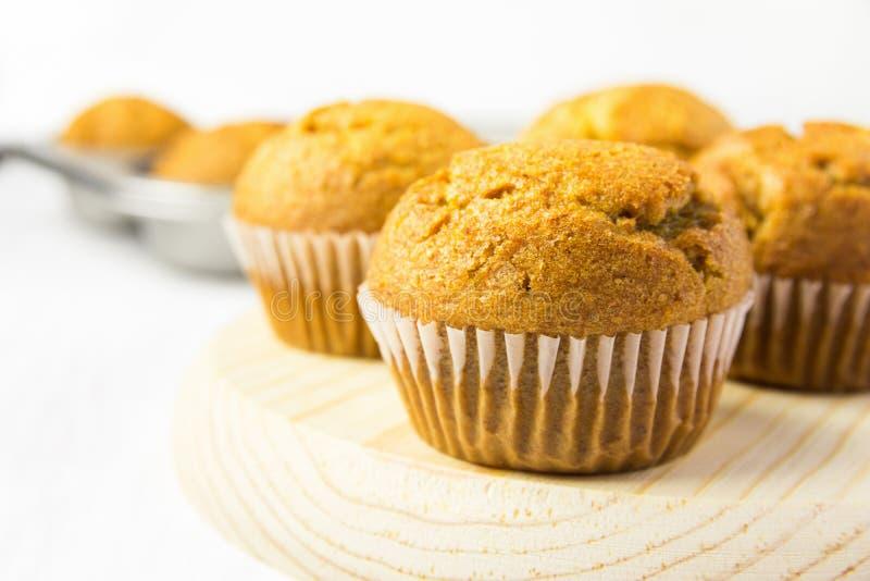 Frisch gebackene selbst gemachte Vollweizen-Kleie-Karotten-Kürbis-Muffins auf hölzernem Brett Frühstücks-Morgen-Sonnenlicht Gesun lizenzfreie stockbilder