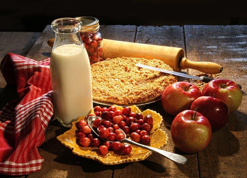 Frisch gebackener Apfel und Moosbeeren stockfotos