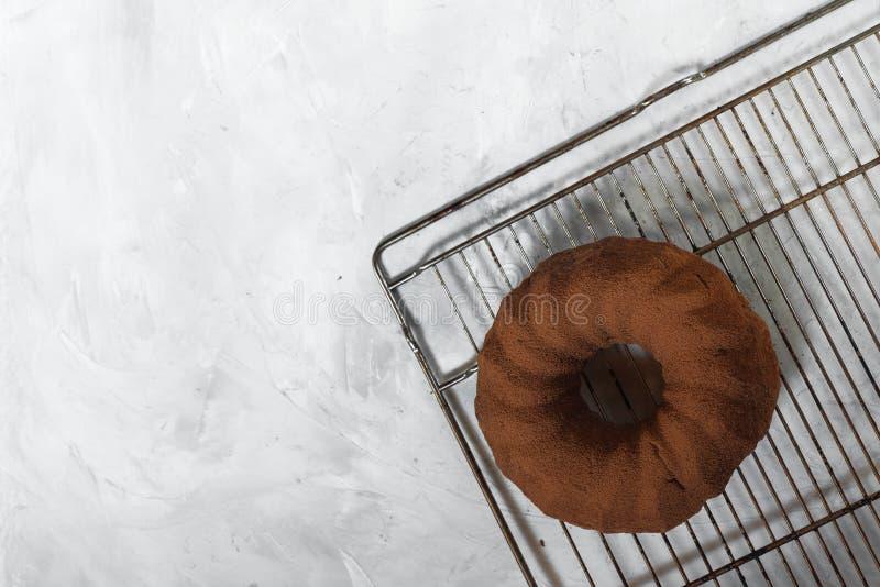 Frisch gebackener kleiner Kuchen auf einem grauen konkreten Hintergrund Schokoladen-Teig-Kuchen stockfoto