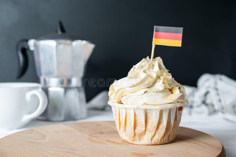 Frisch gebackener Mandel-Creme-kleiner Kuchen und Mandel-Krume mit deutscher Flagge für Morgen Tea Party lizenzfreies stockfoto