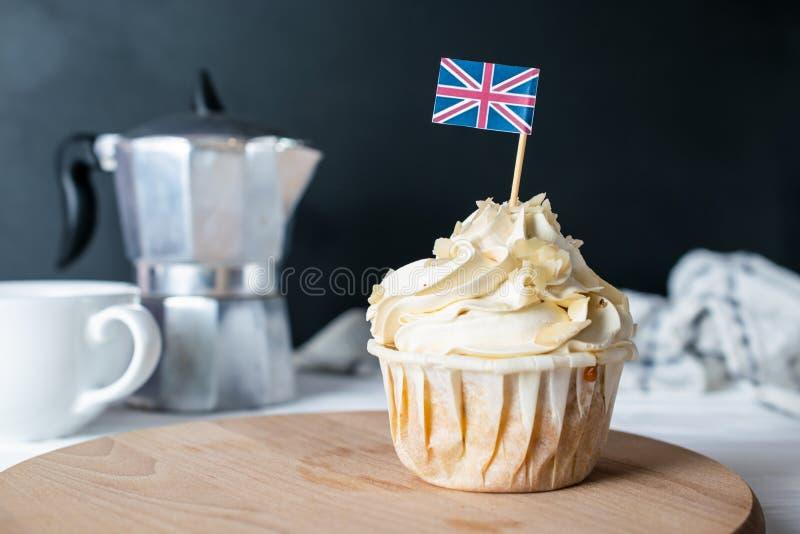 Frisch gebackener Mandel-Creme-kleiner Kuchen und Mandel-Krume mit Großbritannien-Flagge für Morgen Tea Party lizenzfreies stockbild