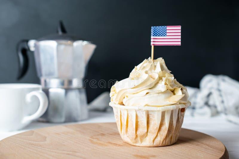 Frisch gebackener Mandel-Creme-kleiner Kuchen und Mandel-Krume mit USA-Flagge für Morgen Tea Party lizenzfreie stockbilder