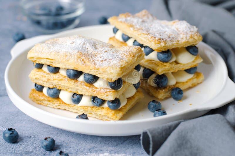 Frisch gebackener Millefeuille-Kuchen mit Blätterteig, Creme und Blaubeere stockfoto