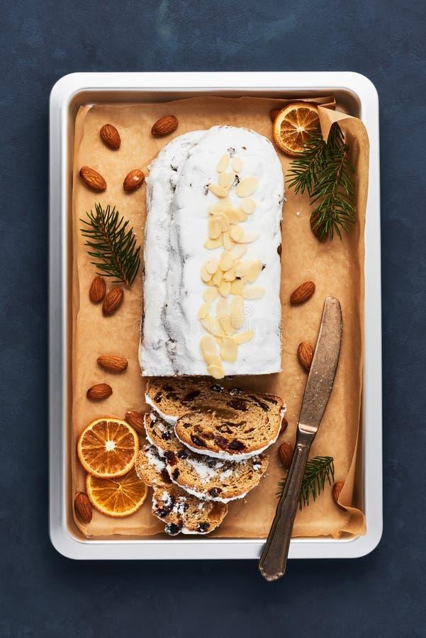 Frisch gebackener Weihnachten-Stollen-Kuchen mit Puderzucker lizenzfreies stockfoto