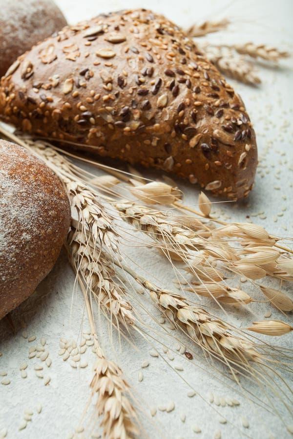 Frisch gebackenes Brot mit den Ährchen von Getreide in einer Landeinstellung lizenzfreie stockfotografie