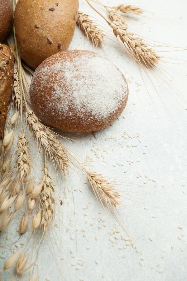 Frisch gebackenes heißes Brot und Roggenbrot auf weißem Hintergrund stockfoto
