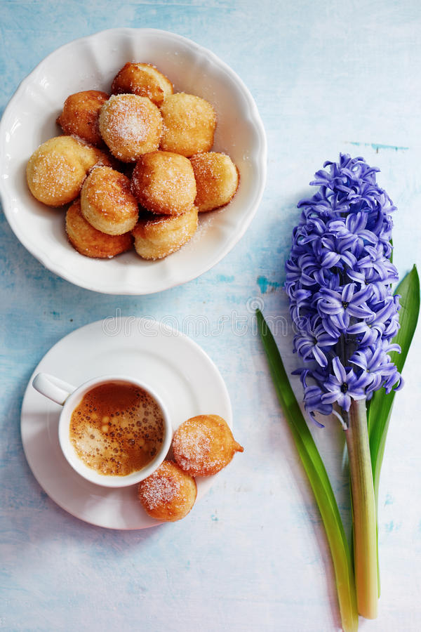 Frisch gebrauter Espresso, kleine selbst gemachte Donuts mit Puderzucker lizenzfreies stockbild