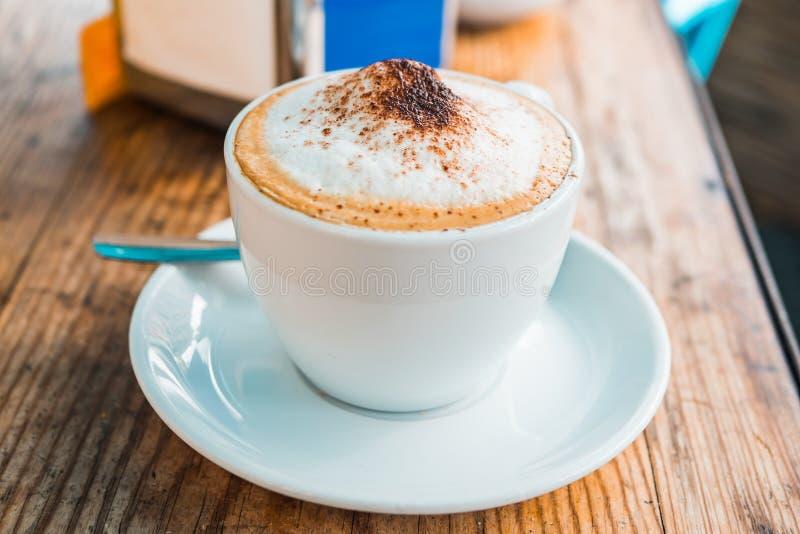 Frisch gebrauter Kaffee in einem Straße Europäercafé lizenzfreie stockfotografie