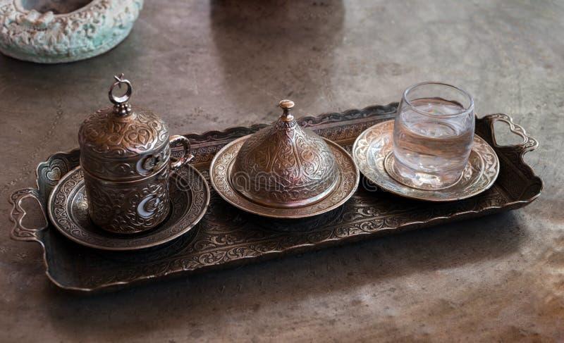 Frisch gebrauter Kaffee im traditionellen Kaffee des Mittlere Ostens in der Türkei lizenzfreie stockbilder