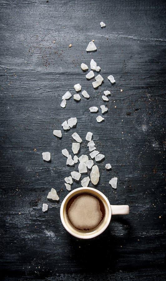 Frisch gebrauter Kaffee mit kristallenem Zucker stockfotos