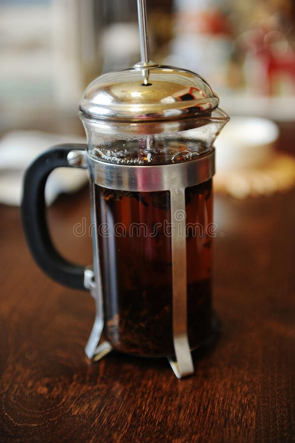 Frisch gebrautes englisches Frühstück des schwarzen Tees in einem französischen Presseabschluß oben lizenzfreies stockbild