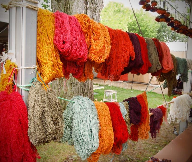Frisch gefärbtes Wollgarn stockbild