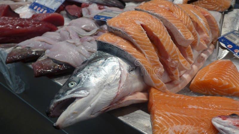 Frisch gefangene Lachse und frisch geschnittene Lachsfilets, bereiten für Verkauf am Fischmarkt vor lizenzfreie stockfotos