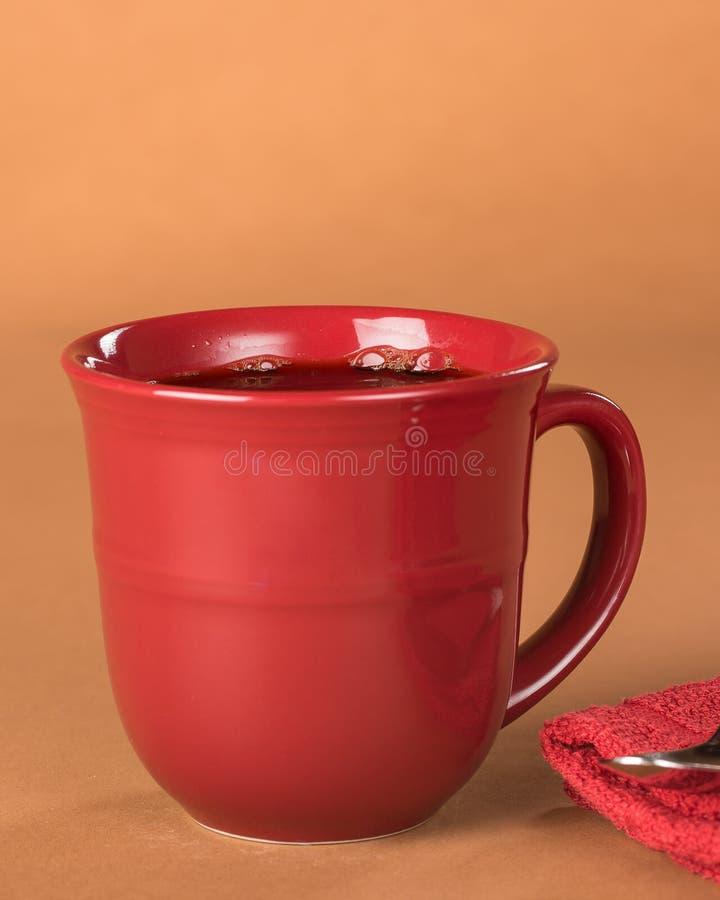 Frisch gegossener schwarzer Kaffee in einem roten Becher lizenzfreies stockfoto