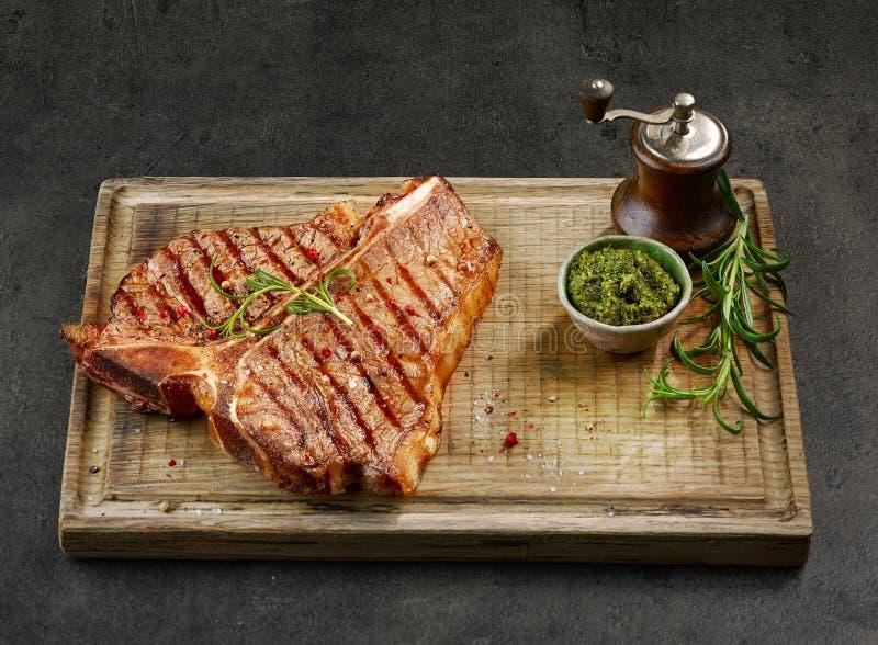 Frisch gegrilltes Steak des förmigen Knochens lizenzfreie stockbilder