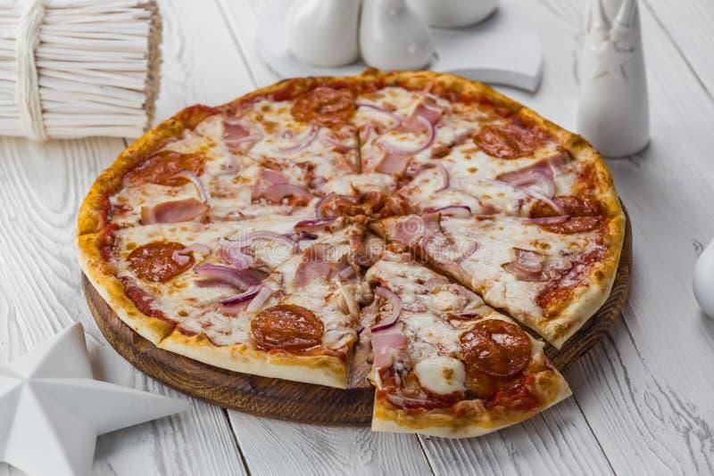 Frisch gekochte italienische ursprüngliche Pepperonipizza mit Käse stockbild