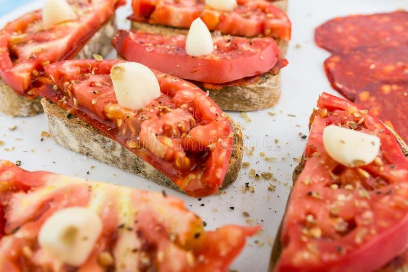 Frisch gekochte kleine Sandwiche mit Schwarzbrot-geräucherter Salami lizenzfreie stockfotos