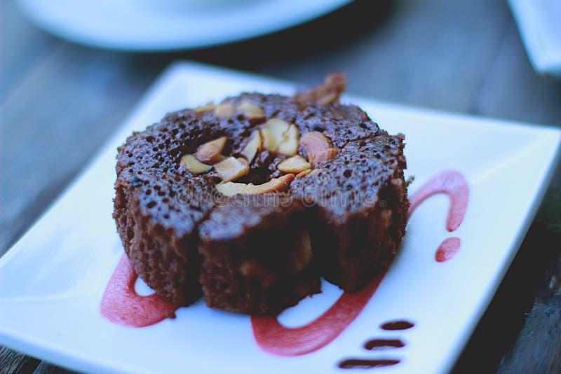 Frisch gekochte Schokoladenschokoladenkuchen, die mit Erdnussbelag abkühlen stockfoto
