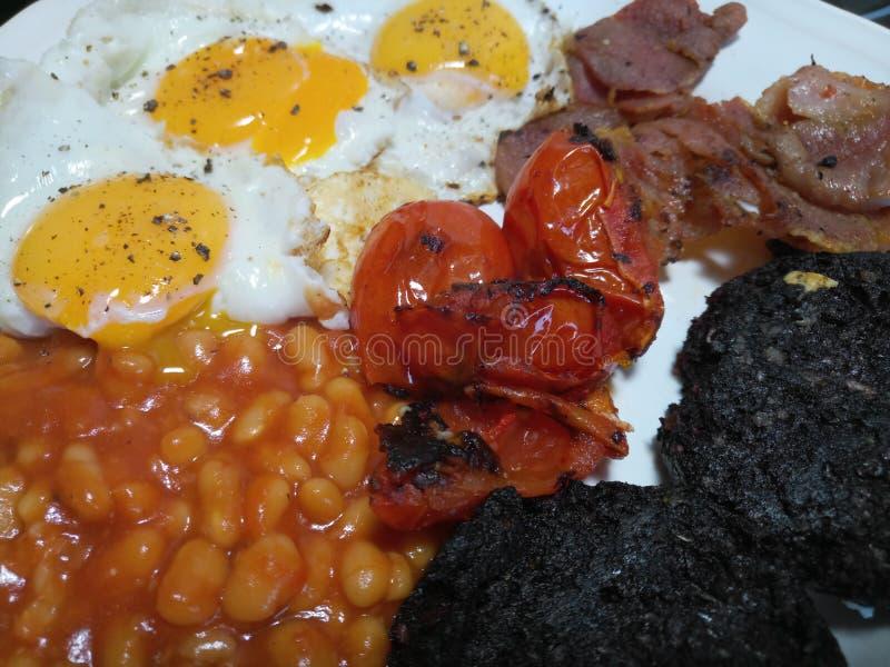 Frisch gekochtes englisches Frühstück auf einer Platte lizenzfreie stockfotos