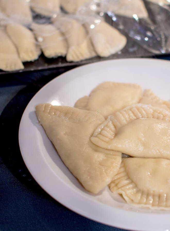 Frisch gekochtes pirogi bereit zu braten stockfotos