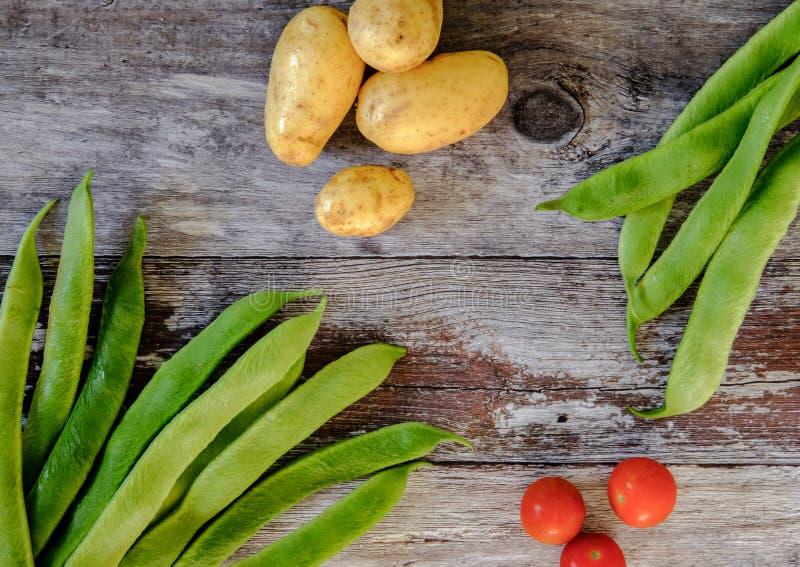 Frisch gewaschene, einheimische Prunkbohnen und Frühkartoffeln für Salatbestandteile lizenzfreie stockfotos