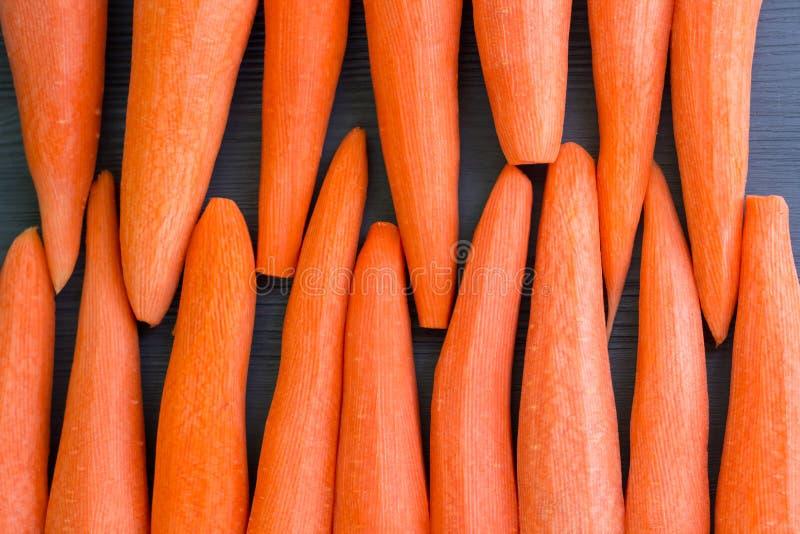Frisch kl?rte das gelb-orangee Karottengem?se, das f?r das Kochen des gesunden organischen Rezepts des strengen Vegetariers Nahru lizenzfreie stockbilder