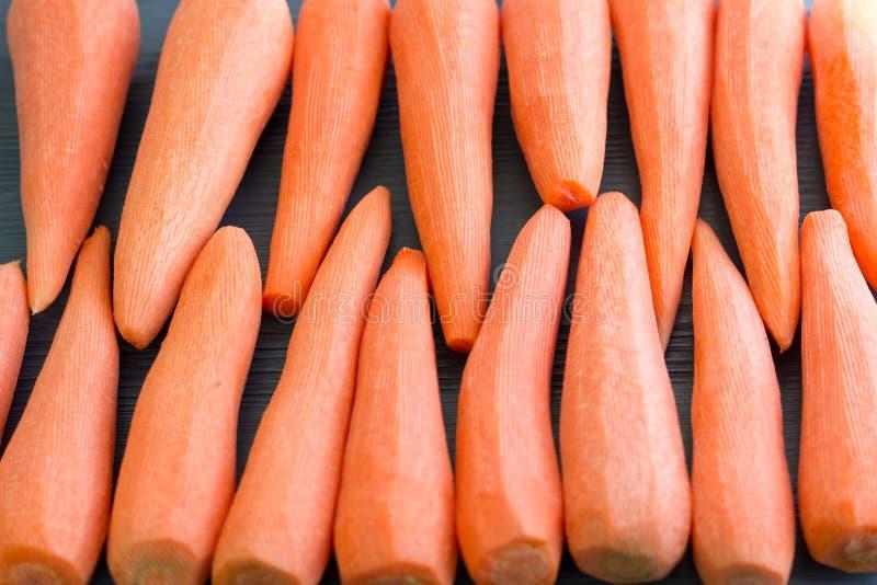 Frisch kl?rte das gelb-orangee rote Karottengem?se, das f?r das Kochen des gesunden Rezepts des biologischen Lebensmittels vorber lizenzfreies stockbild
