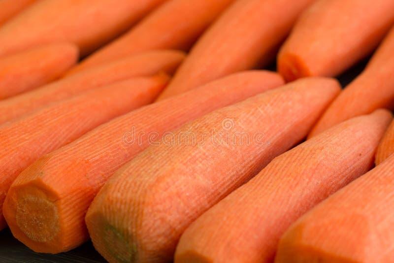 Frisch kl?rte das gelb-orangee rote Karottengem?se, das f?r das Kochen des organischen Rezepts des strengen Vegetariers Nahrungsm lizenzfreie stockfotos