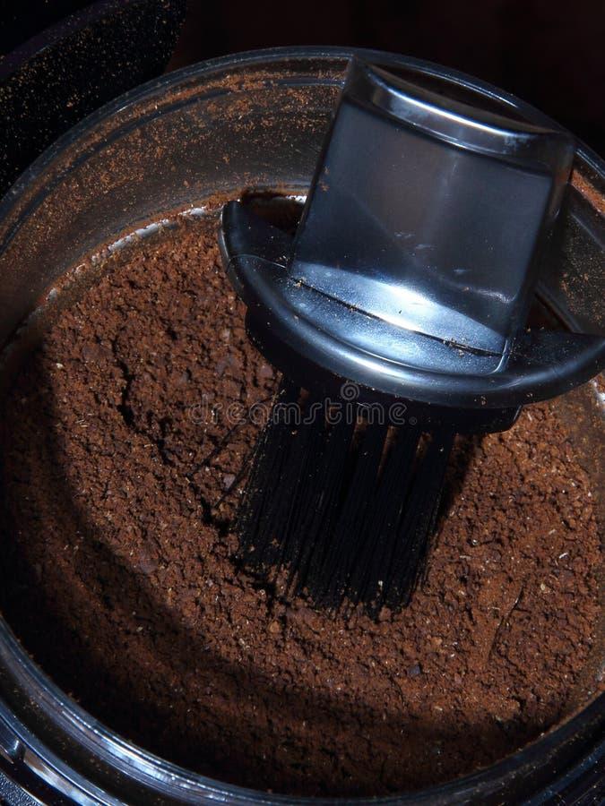 Frisch natürliche Grundkaffeebohnen in einer Kaffeemühle stockfotos