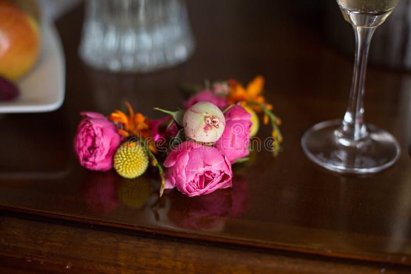 Frisch Schnittblumen-Blumenkranz lizenzfreie stockbilder