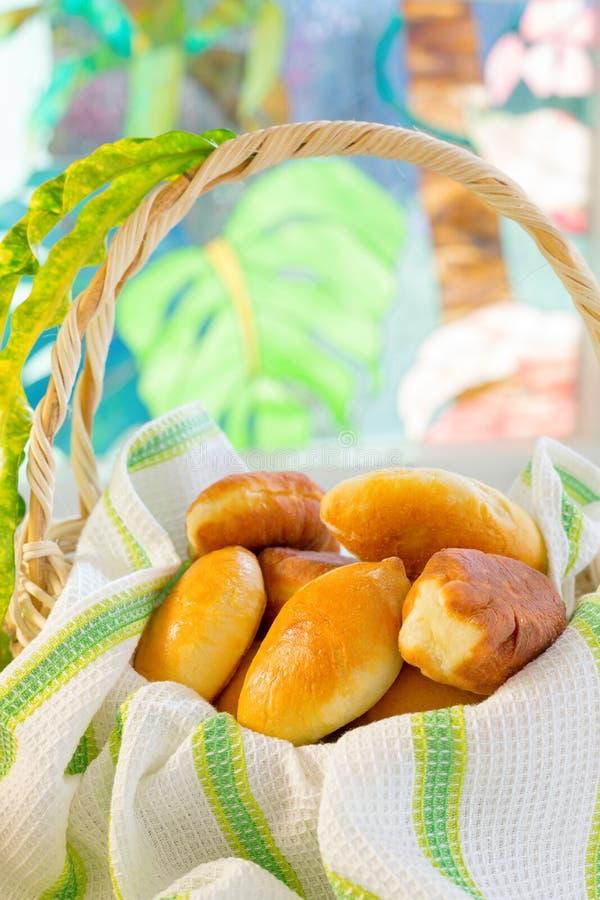 Frisch unterstützte Pastetchen (pirogi) stockbild