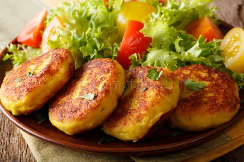 Frisch zubereitete Kartoffelpfannkuchen werden mit neuen Salat Clo gedient lizenzfreie stockfotografie