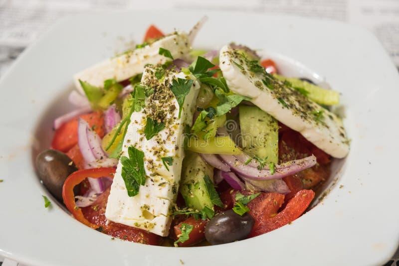 Frisch zubereiteter griechischer Salat mit Feta stockfotografie