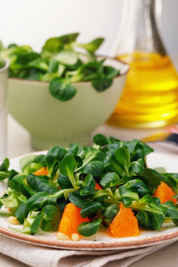 Frisch zubereiteter Korn-Salat mit Kiefernnüssen und Tangerine stockfotografie