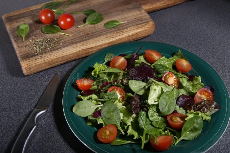 Frisch zubereiteter Salat stockfotos
