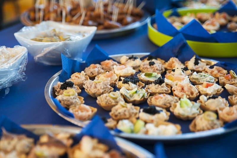Frisch zubereiteter Schnellimbiß, mit Aufschnitt, Oliven und Gebäckbiss sortierte Aperitifs stockfotografie