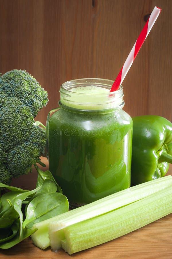 Frisch zusammengedrückter Gemüsesaft lizenzfreies stockbild